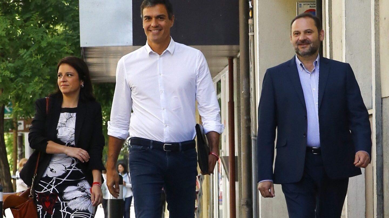 Pedro Sánchez, junto a Adriana Lastra y el portavoz José Luis Ábalos.