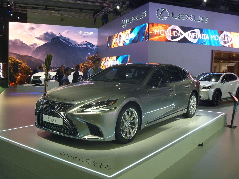 En el universo de las grandes berlinas de lujo posiciona Lexus su nuevo LS 500h. La potencia conjunta de sus dos propulsores, térmico y eléctrico, asciende a 421 CV. El cambio es automático de 10 velocidades.