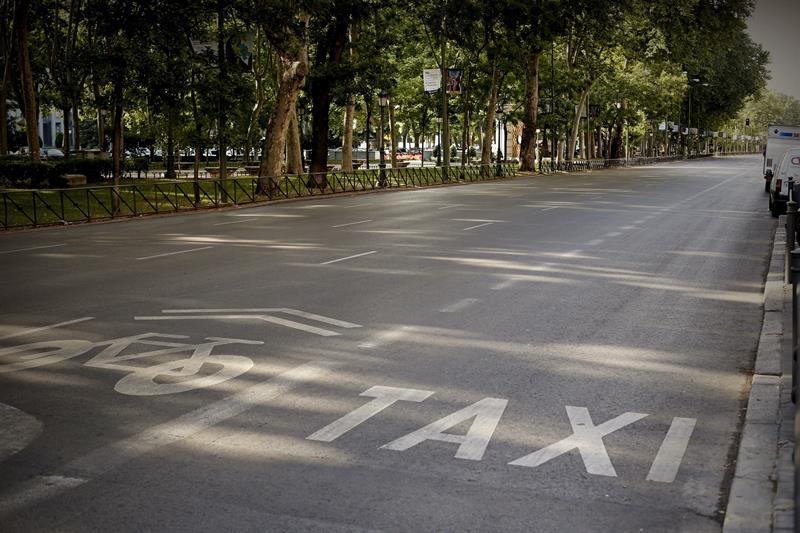 Paseo del Prado de Madrid a primera hora, sin taxis circulando por la huelga contra Uber y Cabify.