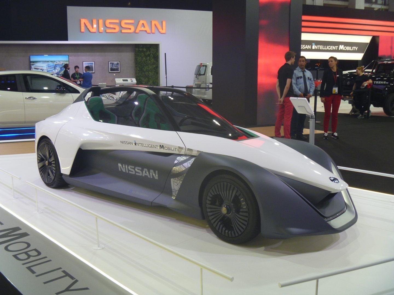 Este futurista vehículo eléctrico combina cero emisiones con altas prestaciones. El conductor va en posición central y lleva dos asientos traseros para los pasajeros. Sus dos motores eléctricos (272 CV) le permiten acelerar de 0 a 100 km/h en 5 s y alcanzar 190 km/h.