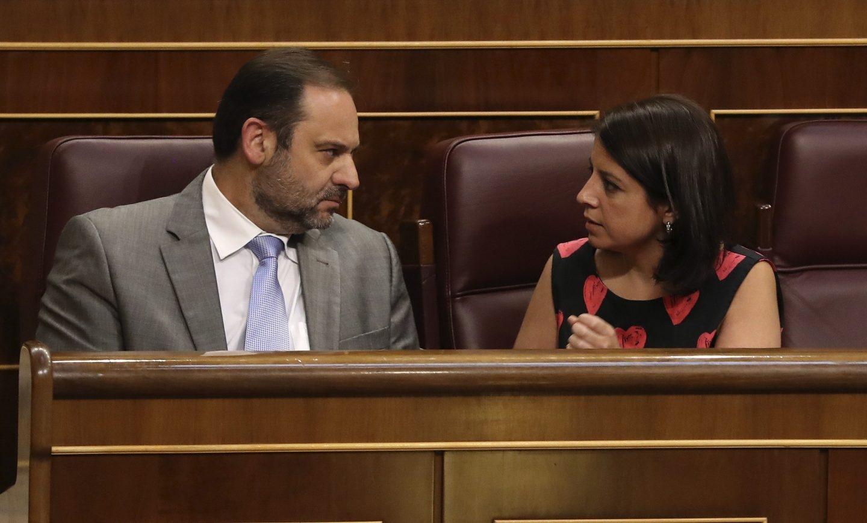 José Luis Ábalos y Adriana Lastra, en los escaños del PSOE.