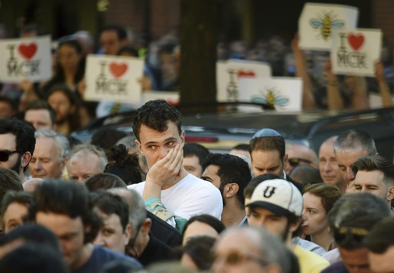 Cientos de ciudadanos rinden homenaje a las víctimas del atentado de Manchester.