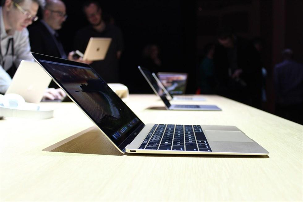 Un MacBook en una Apple Store.
