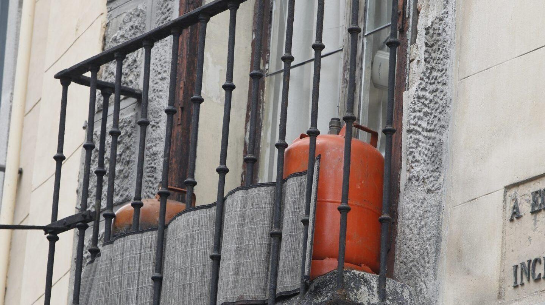 Bombonas de butano, en el balcón de un hogar.