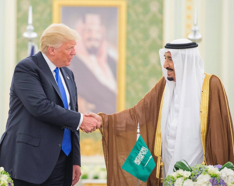 Donald Trump y el rey Salman de Arabia se saludan en Riad.