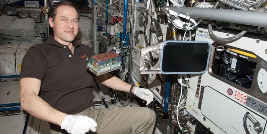 El astronauta Tom Mashburn, en la ISS, con el experimento Seedling Growth. NASA