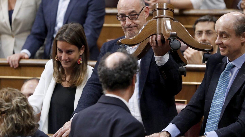 Félix Alvarez, Felisuco, en el Congreso con la silla rota de su compañero de escaño.