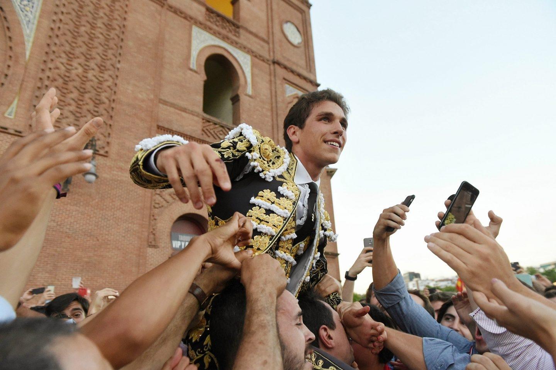 Ginés Marín sale por la Puerta Grande de Las Ventas.