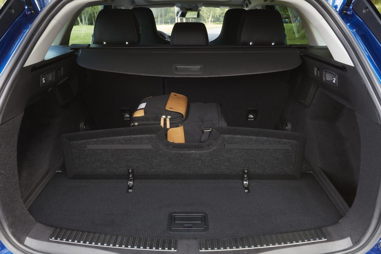 Un ingenioso sistema de compartimentación integrado permite dividir el maletero en dos, evitando que se muevan los equipajes.