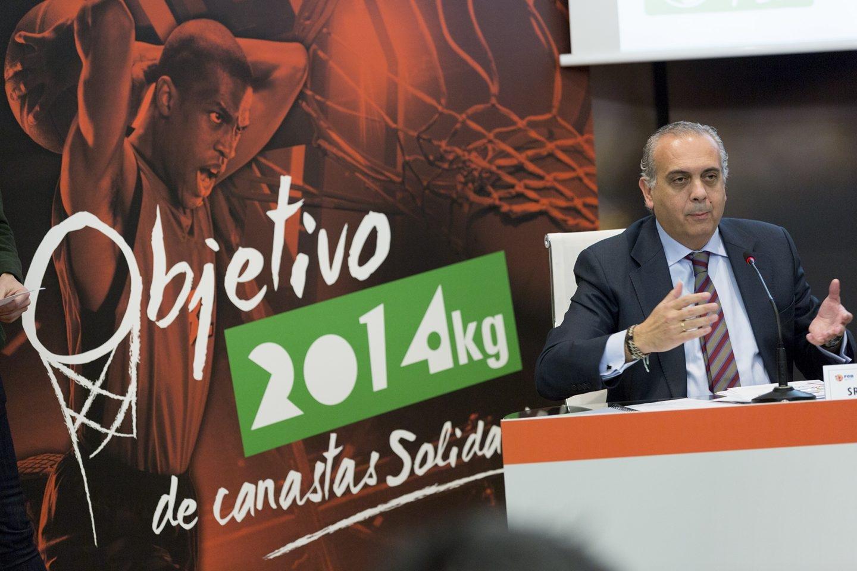 Sáez, en la presentación de una campaña solidaria durante su etapa como presidente de la Federación Española de Baloncesto.