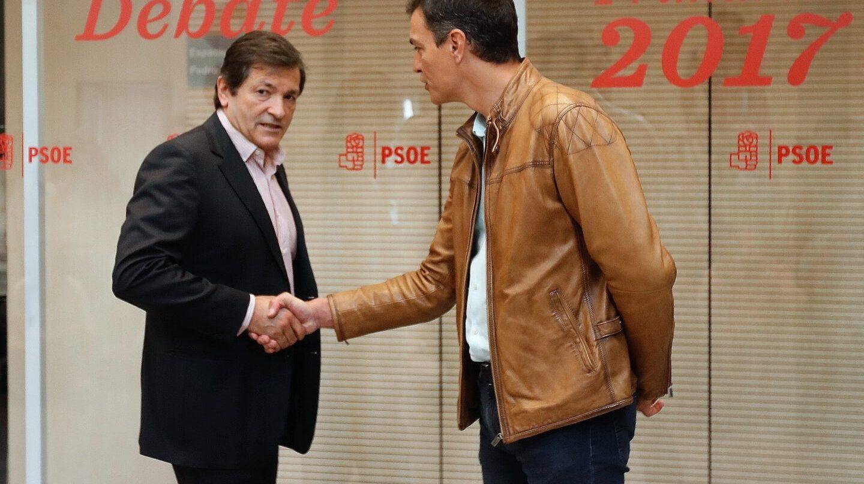 Javier Fernández y Pedro Sánchez, antes del debate en Ferraz.