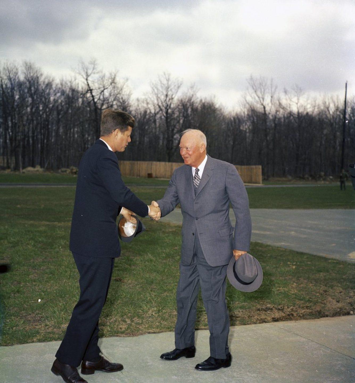 John F. Kennedy (i) saluda al ex presidente de los Estados Unidos Dwight D. Eisenhower (d) en Camp David, Maryland, EE.UU., el 22 de abril de 1961.