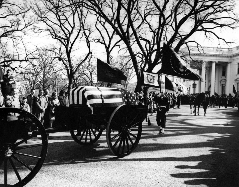 Ataúd del presidente John F. Kennedy, durante sus actor fúnebres en la Casa Blanca en Washington, (Estados Unidos) el 25 de noviembre 1963.