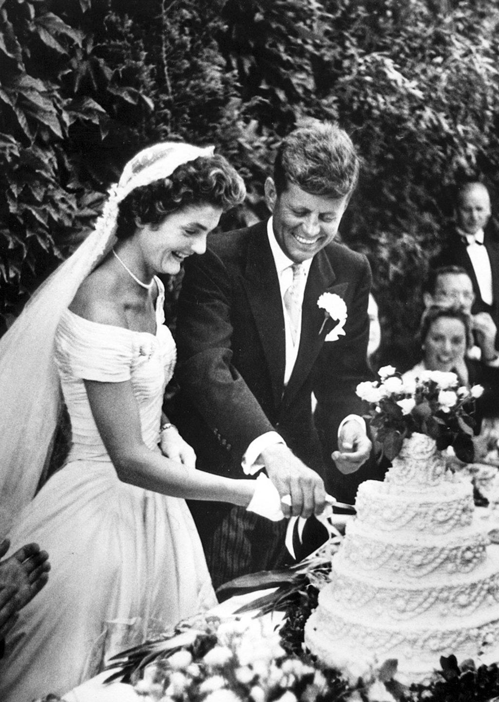 John F. Kennedy (d) junto a Jacqueline Bouvier Kennedy, mientras cortan su pastel de bodas en Newport, Rhode Island, Estados Unidos el 12 de septiembre de 1953.