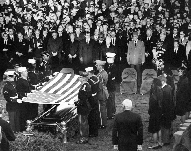 Familiares y líderes mundiales asisten a los actor fúnebres del ex presidente estadounidense John F. Kennedy, en el cementerio nacional de Arlington, Virginia (Estados Unidos) el 25 de noviembre de 1963.
