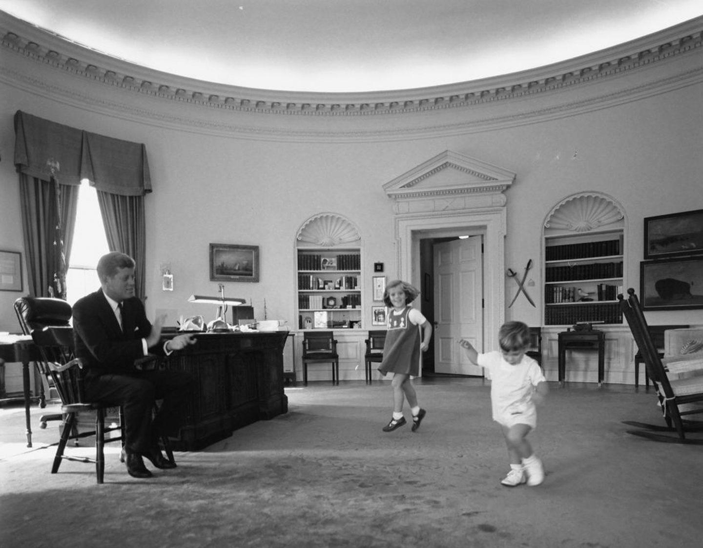 John F. Kennedy (i) con su hijo John Kennedy Jr. (d) y su hija Caroline Kennedy (C) en la Oficina Oval en la Casa Blanca en Washington, DC, EE.UU., el 10 de octubre de 1962.