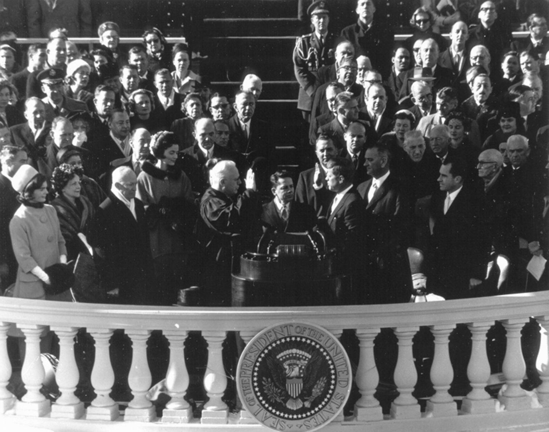 El juez presidente de los Estados Unidos Earl Warren (i) toma juramento como presidente a John F. Kennedy (d) en Washington el 20 de enero de 1961.