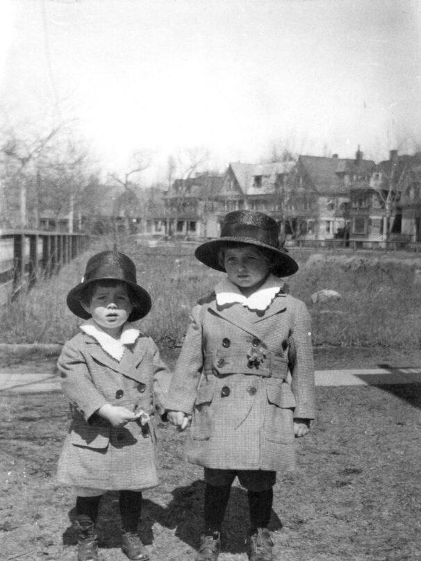 John F. Kennedy (i) acompañado por su hermano Joseph P. Kennedy Jr. (d), en Brookline, Massachusetts (Estados Unidos), en 1919.