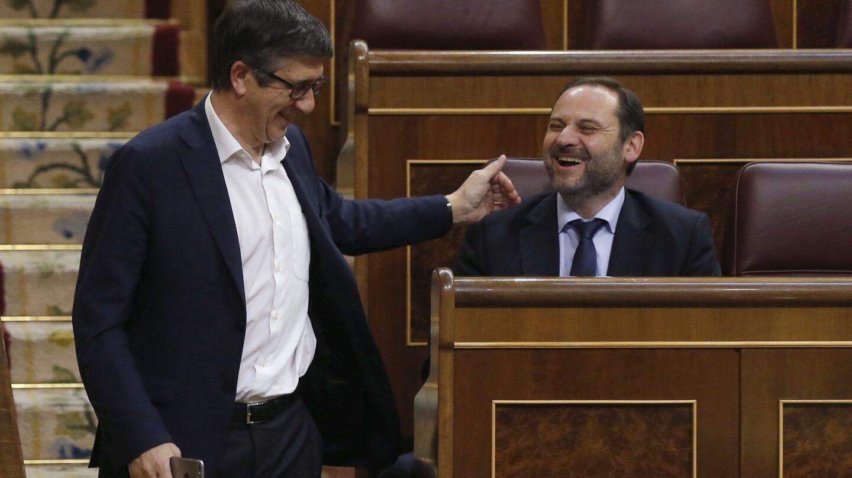 Patxi López saluda a José Luis Ábalos en el Congreso.