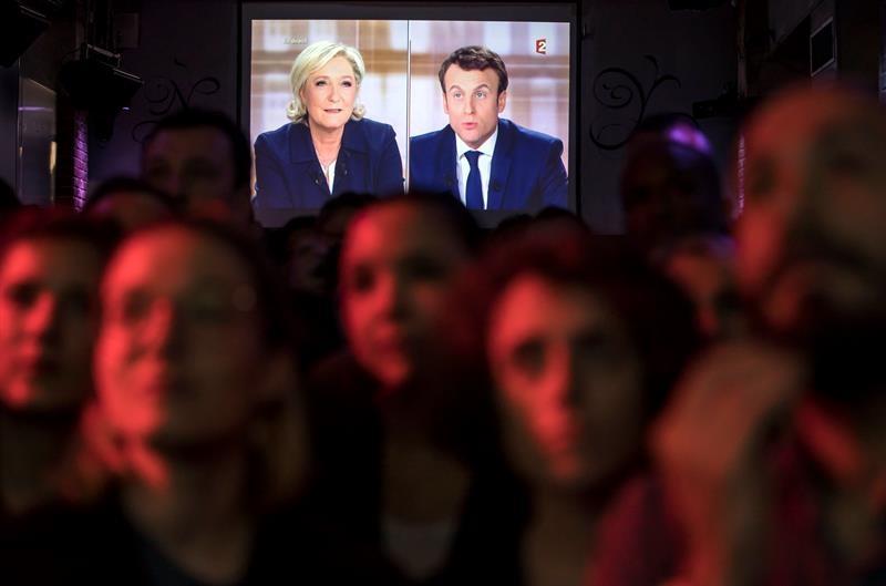 Marine Le Pen y Macron en el debate en televisión.