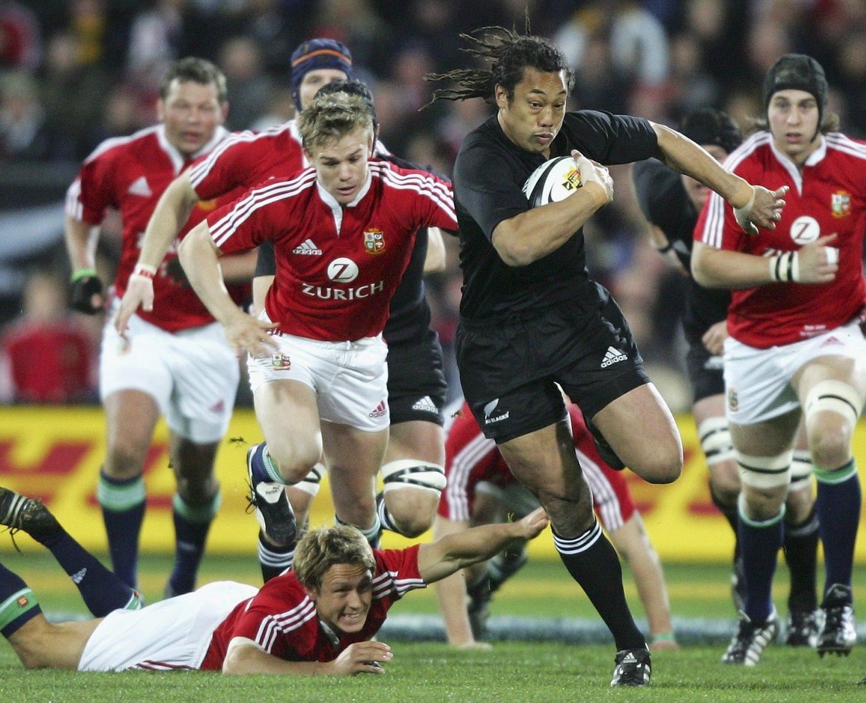 El neozelandes Tana Umaga evita a los jugadores de los Lions en 2005.