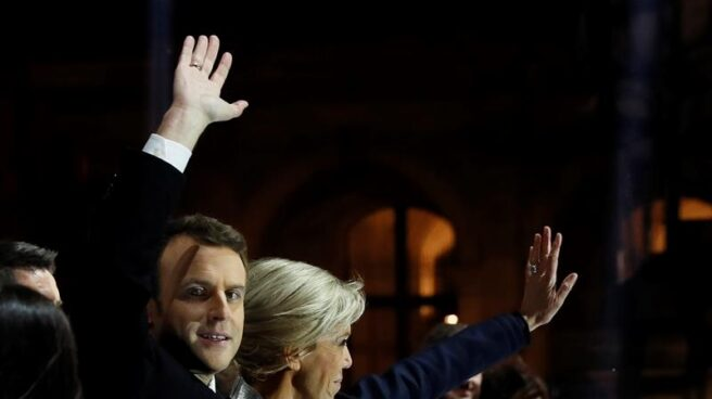 Macron y su esposa Brigitte saludan a sus seguidores en la fiesta en la explanada del Louvre