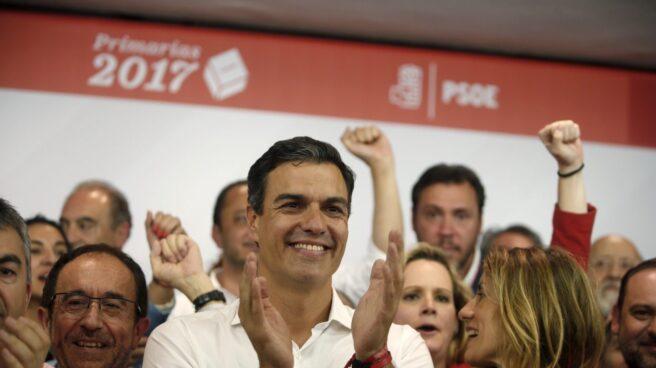 Pedro Sánchez celebra la victoria en Ferraz.