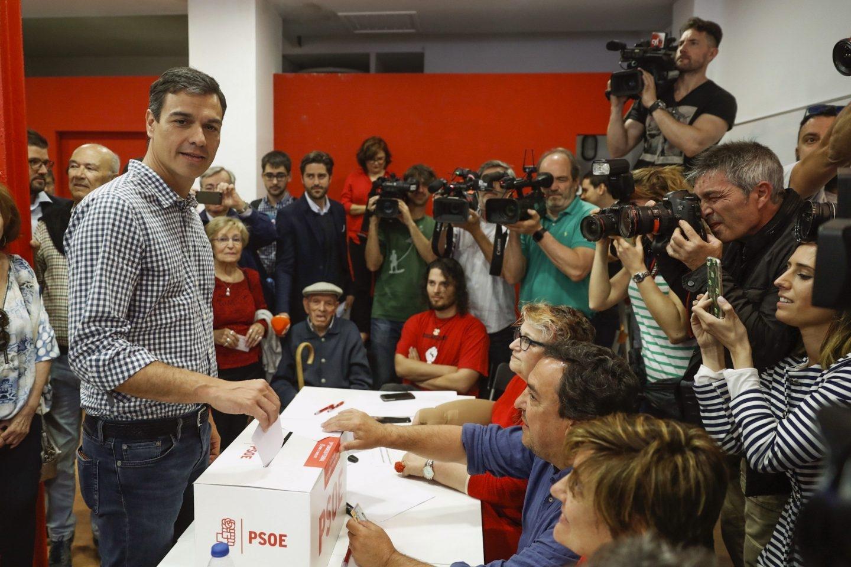 Pedro Sánchez vota en las primarias del PSOE.