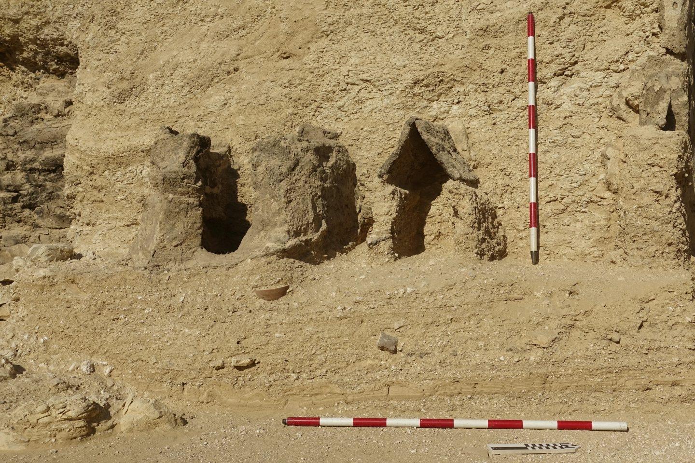 Pequeña capilla de adobe con tres estelas o lápidas de piedra en su interior.
