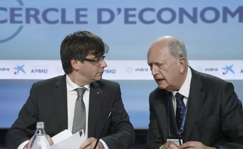 El presidente catalán, Carles Puigdemont, y el presidente del Círculo de Economía y de Colonial, Juan José Brugera