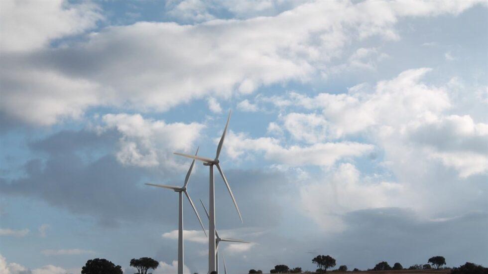 Dos aerogeneradores de energía eólica.
