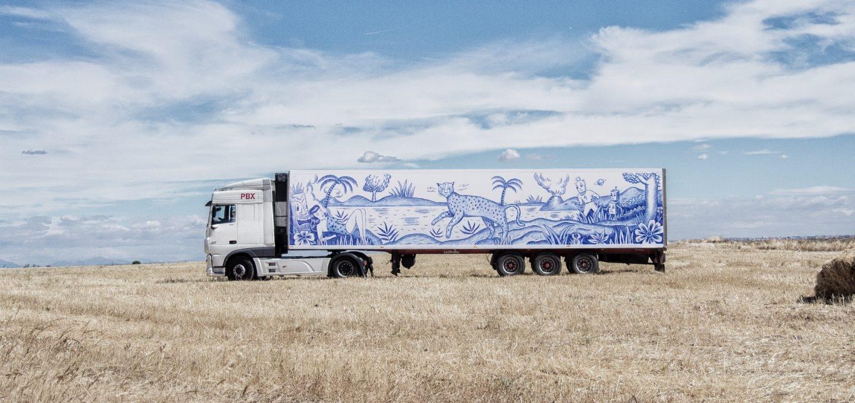 Camión pintado por Sergio Mora