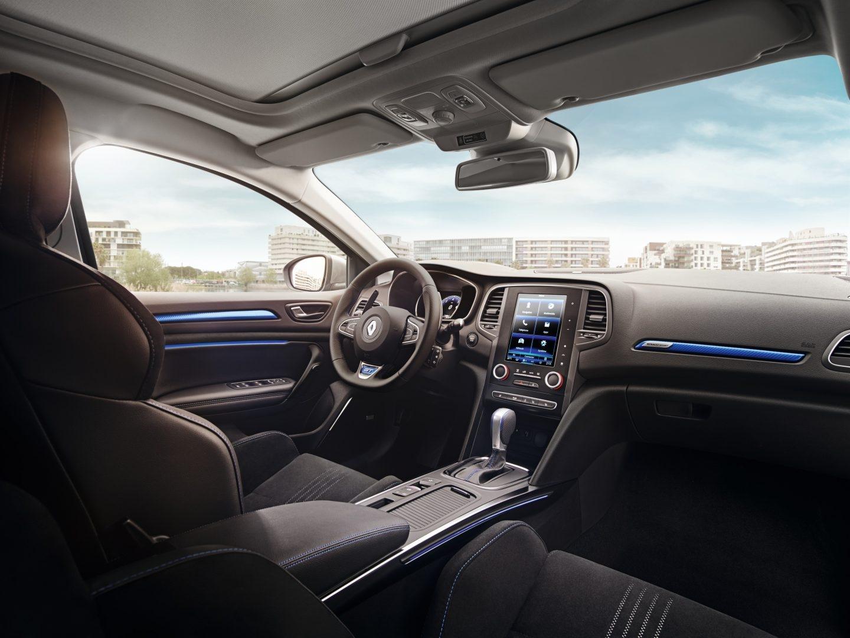 Mediante una gran pantalla táctil vertical, tipo tableta, de 8,7 pulgadas se pueden controlar la totalidad de los sistemas de coche: navegador, radio, telefonía, climatización, etc.