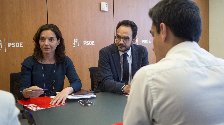 La secretaria general del PSOE madrileño, Sara Hernández, junto a Antonio Hernando.