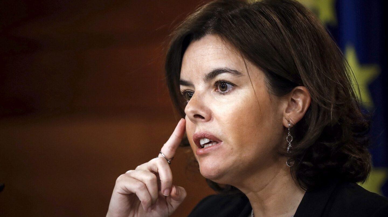 Soraya Sáenz de Santamaría dirige un gabinete de crisis para frenar la consulta