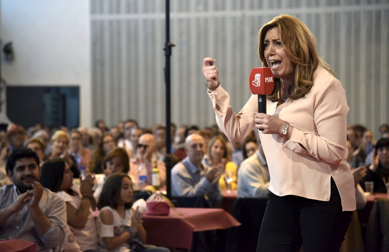 Susana Díaz improvisa una medida fuera de su programa para captar el voto joven