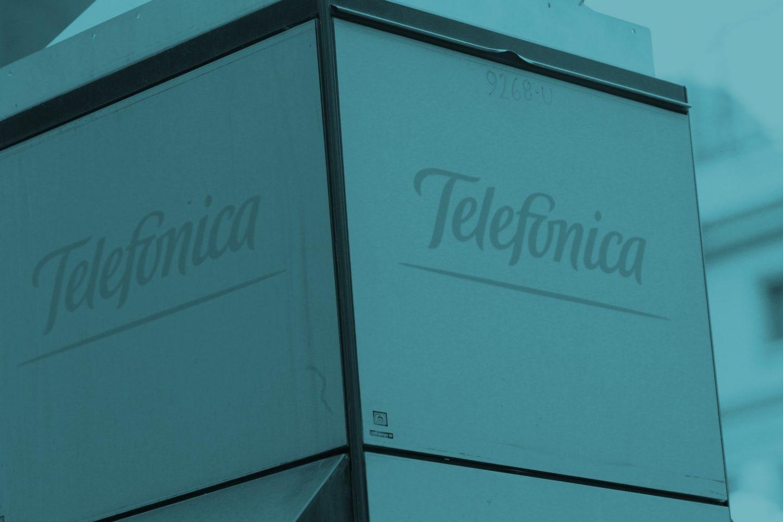 Logo de Telefónica en una cabina.