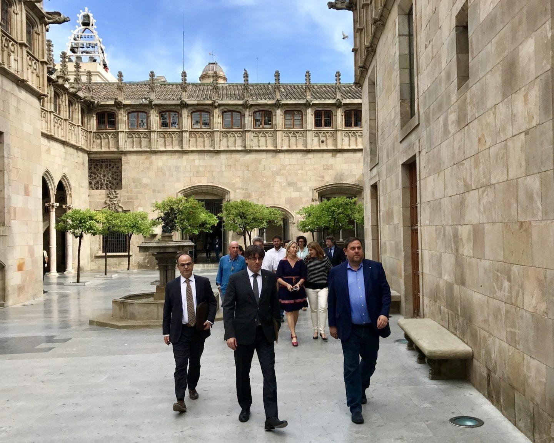 Turull, Puigdemont y Junqueras, en el Palau de la Generalitat.