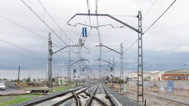 Catenaria a lo largo de una vía de tren: Adif gestiona la infraestructura.