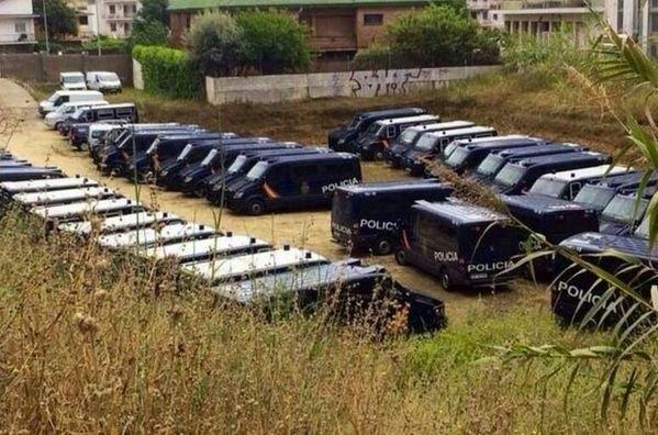 Furgones de Antidisturbios aparcados en el Maresme.