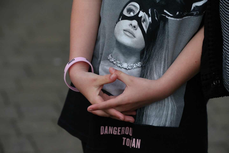 Katie lleva una camiseta con la imagen de Ariana Grande, en Manchester