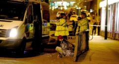 Una joven es atendida tras el atentado del Manchester Arena.