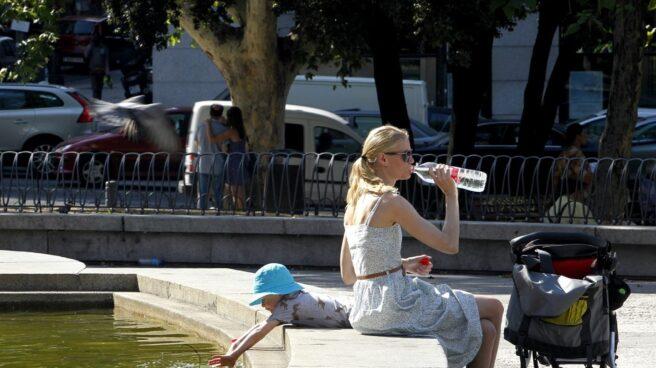 El 50% de nuestra hidratación deberíamos hacerla bebiendo agua. El 20% a través de alimentos y el 30% restante con otras bebidas.