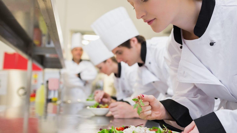 Estudiantes en prácticas en el sector de la hostelería.