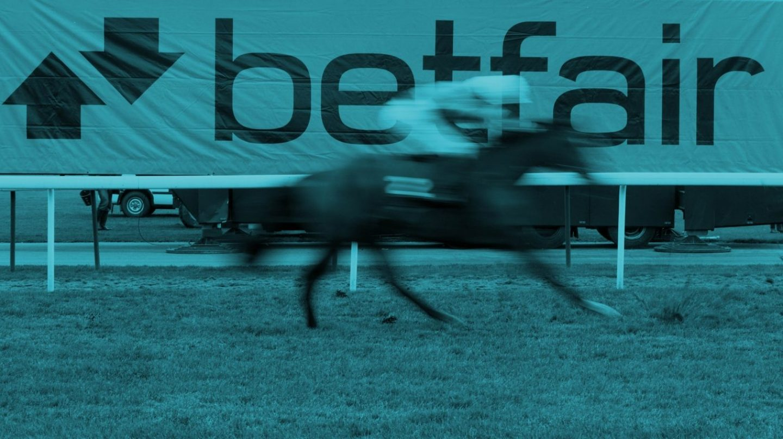 Cartel publicitario de Betfair en una carrera de caballos.