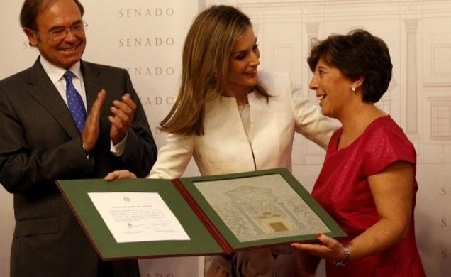Carmen del Riego recibe un premio de manos de la Reina.