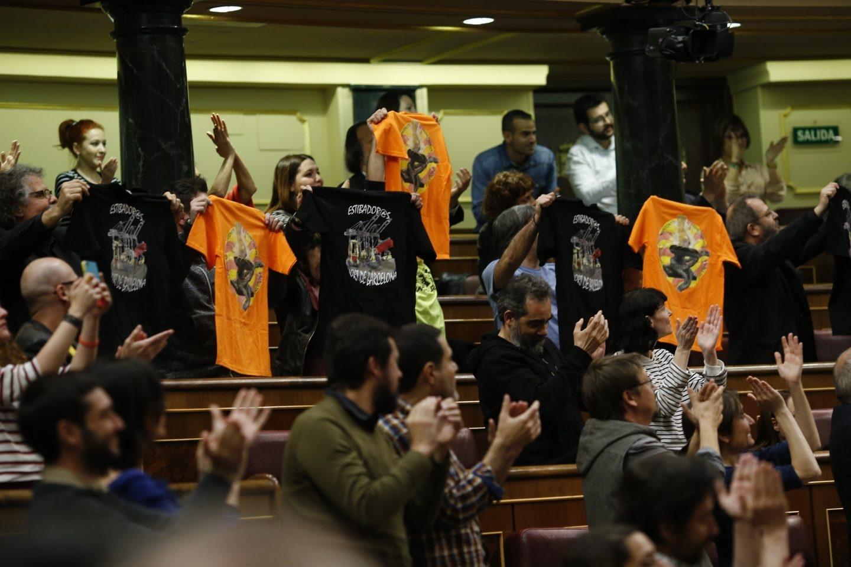 Diputados de Unidos Podemos celebran en el Congreso el rechazo a la reforma de la estiba, el 16 de marzo.