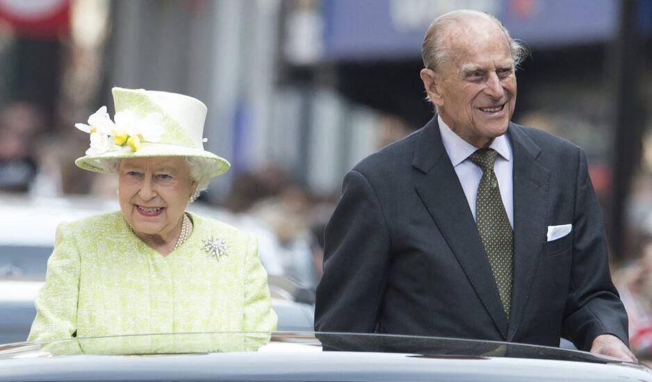 Felipe de Edimburgo, junto a la reina Isabel II durante su 90 cumpleaños.