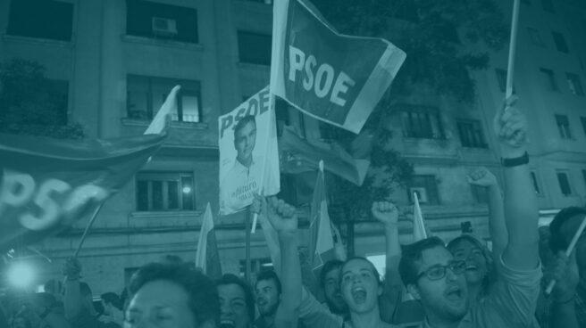 Militantes socialistas festejan la victoria de Pedro Sánchez ante la sede de Ferraz.