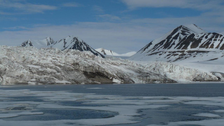 Glaciar de tidewater en la Bahía de Nordfjorden, isla de Spitsbergen, archipiélago de Svalbard.
